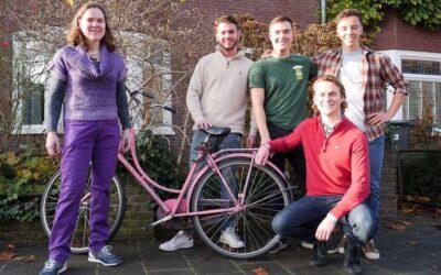 Vier vrienden fietsen 225 kilometer voor zieke moeder
